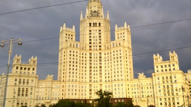Ilgrattacielovoluto daStalinsullaTaganskaja, aMosca: è stata la residenza di intellettuali e artisti.