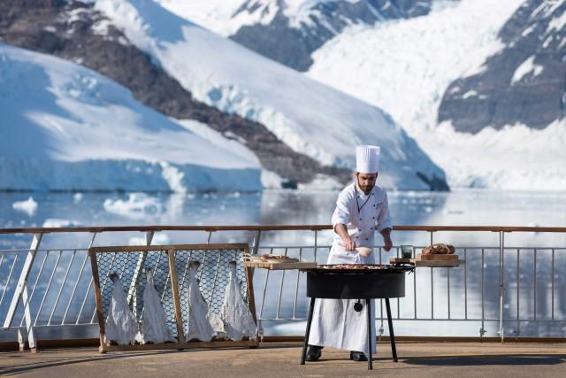 Quando il clima lop consente, lo chef Anders Görasson invita a gustarele sue specialità sul ponte della Ms Midnatsol.
