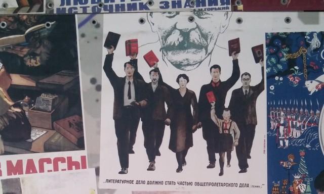 Manifesti presso la libreria Biblio-Globus, accanto al Museodel poeta Vladimir Majakovskij, Mosca.
