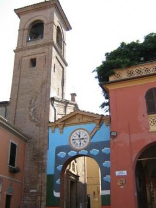 Dozza, Emilia Romagna Un borgo medioevale circondato da vigne e colline, unico nel suo genere, dove le facciate delle case sono abbellite da un centinaio di opere a cielo aperto, realizzate da prestigiosi artisti contemporanei.