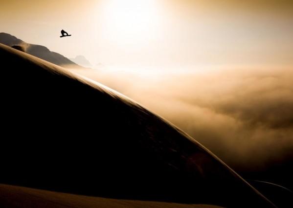 """La foto """"Into the Sky"""" dell'austriaco Patrick Steiner si è aggiudicata il primo posto nella categoria """"Action"""", scattata poco prima del tramonto e prima che la nebbia coprisse tutto, sull'Arlberg, in Austria"""