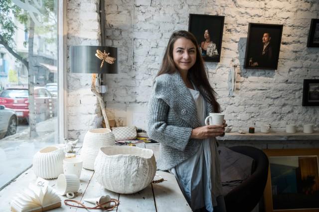 Yana Yaneva tra gli oggetti e le opere esposte nella sua Sabai Gallery.