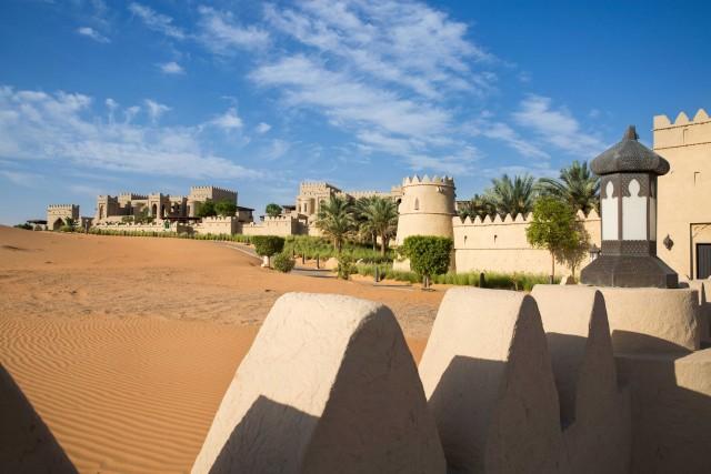 Uno scorciodel lussuoso Qasr Al Sarab, disegnato come le fortezze emiratine. Si trova nel desertoRub' al-Khali.