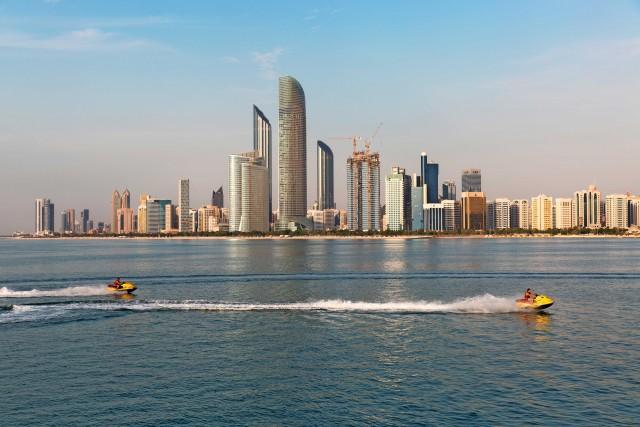 Divertimento sulle moto d'acqua, di fronte alla Corniche, il lungomare di Abu Dhabi City.