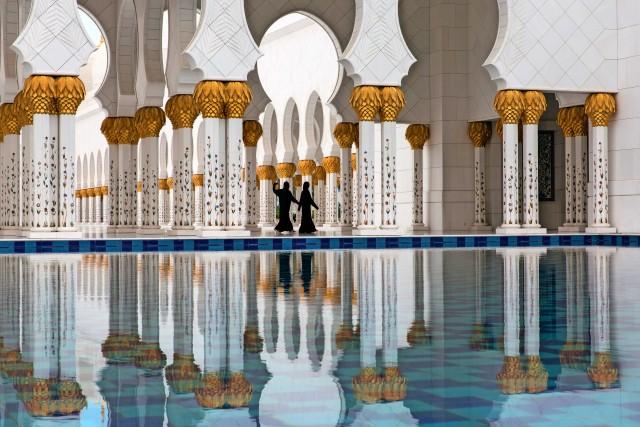 La Sheikh Zayed Grand Mosque di Abu Dhabi: 20mila metri quadratidi superficie,quattro minareti,1.192 colonne di marmo e 70 porte intagliate.