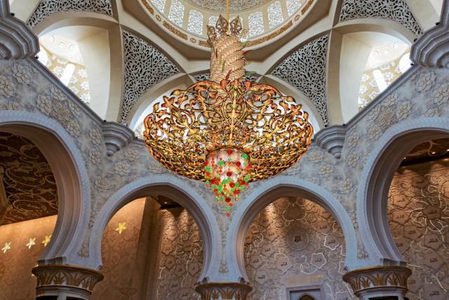 Un lampadario in cristallo Swarovski e oro all'interno della moschea Sheikh Zayed.