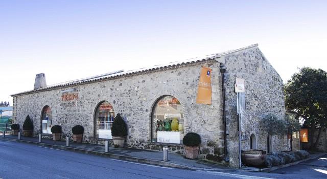 L'esterno dell'Atelier Pierini a Biot.