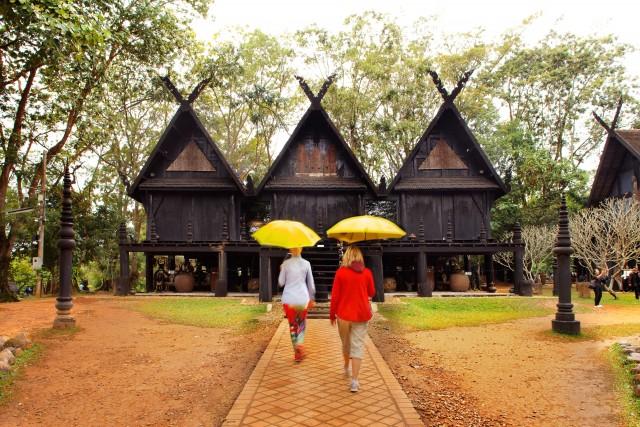"""Il Baan Dum, le """"case nere"""" di Chiang Rai, località dell'estremo nord thailandese dovei templi alternano tradizione e sperimentazione."""