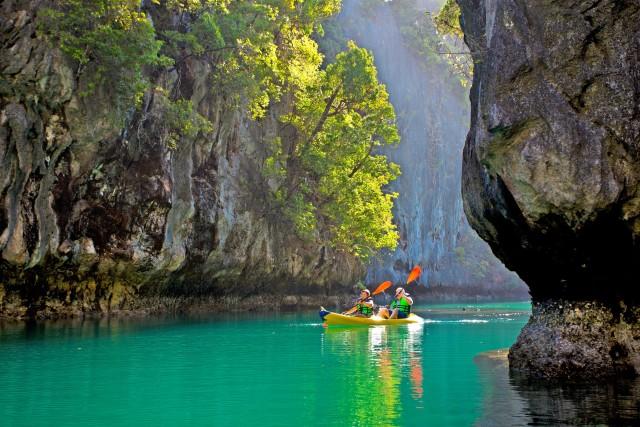 In kayak sulle verdissime acqua della Small Lagoon,nell'arcipelago di Bacuit.