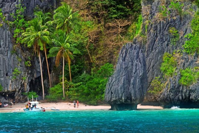 Una piccola baia di Entalula island, nell'arcipelago di Bacuit. I fondali intorno all'isola sono uno dei migliori spot per le immersioni di tutte le Filippine.