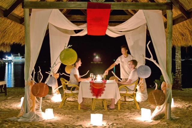 Cena a lume di candela sulla spiaggia di El Nido Resort, a Miniloc.