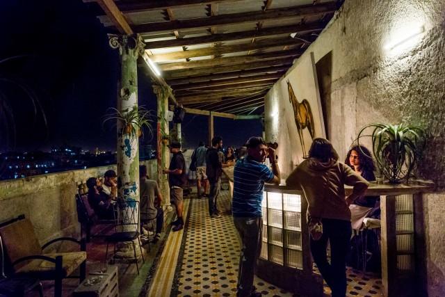 Il Bar Roma, a L'Avana,si trovain un condominio di abitazioni familiari. Qui si suonamusica elettronica underground, dalle 20 all'alba.