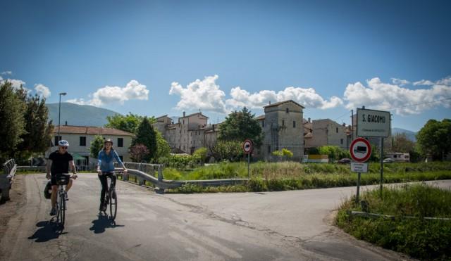 In bici con vista sul castello di pianura di San Giacomo