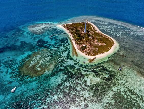 Veduta aerea dell'atollo Amédé, 24 chilometri al largo di Nouméa. Il faro, attivo dal 1865, segnala uno degli unici tre varchi naturali nella barriera corallina.