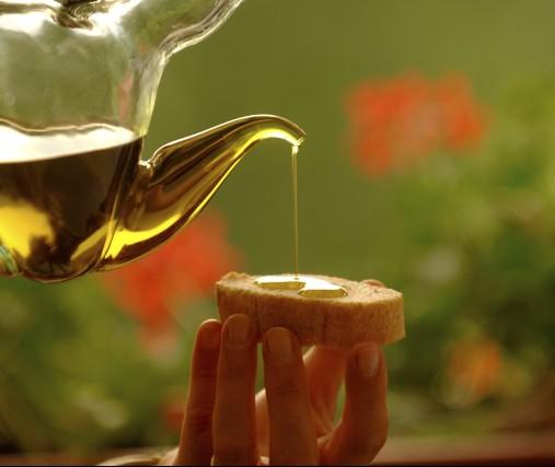 Tra i prodotti celebrati da Garda con gusto c'è anche l'olio extravergine d'oliva.