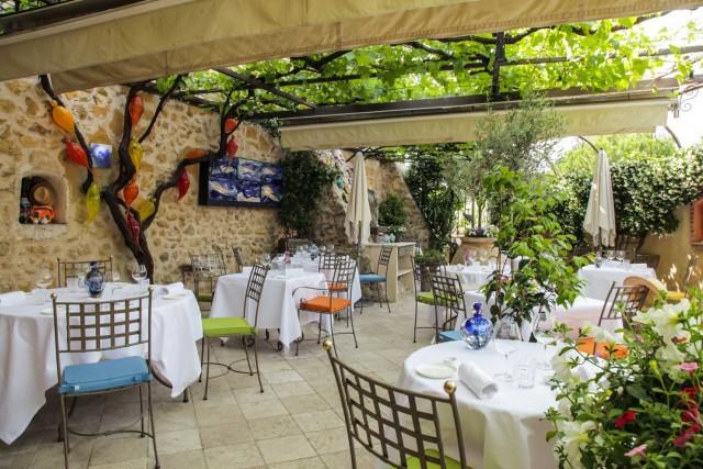 La terrazza del ristorante Les Terraillers. In cucina, lo stellato Michaël Fulci prepara dei deliziosi ravioli di fegato grasso con champignon.