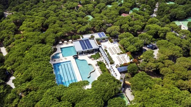 Una veduta aerea del Riva del Sole Resort & Spa, ideale per rilassarsi dopo il trekking