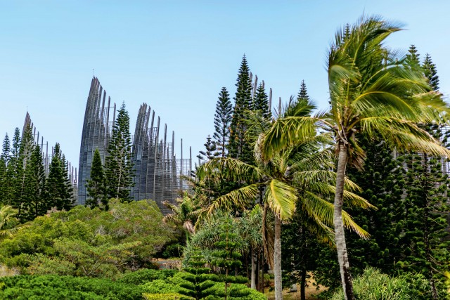 Il Centre Culturel Jean Marie Tibajou, firmatoda Renzo Piano, è uno spettacolo architettonico. Un omaggio alla cultura e all'arte dei Kanak.