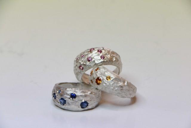 Alcuni degli anelli creati da Maura Biamonti.