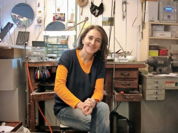 Maura Biamonti, creatrice di gioielli nel suo atelier a Biot.