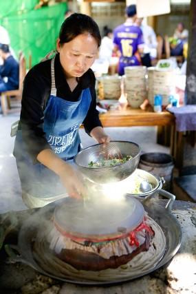Una donna prepara il kao perb di Nonna Thiang nel villaggio di Natonchan.