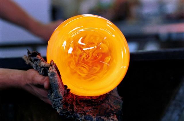 Una delle fasi della lavorazione del vetro soffiato.