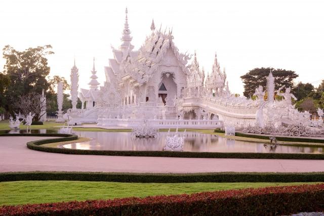 I decori del Wat rong Khun, il moderno Tempio bianco alla periferia di Chiang rai, a nordest di Chiang Mai.