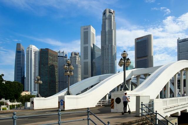 Singapore ha un'anima green. Nella zona di Marina Bay, l'acqua alla foce del fiume Singapore, separata con una diga da quella di mare, viene prima resa potabile (la chiamano new water) e poi distribuita nelle scuole e negli ospedali cittadini.