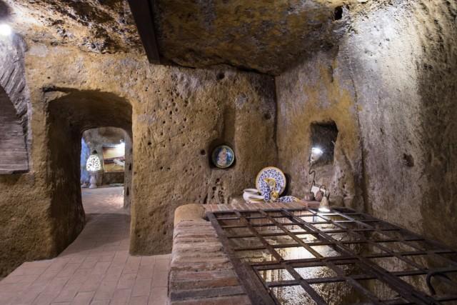 Interno della grotta di Linda Bai a Pienza, dove sorge un pozzo medievale ancora funzionante profondo 20 metri.