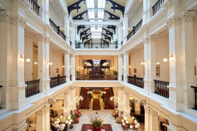 L'interno del Raffles Hotel. Qui si viene per sorseggiare un cocktail al suo famoso Long Bar.