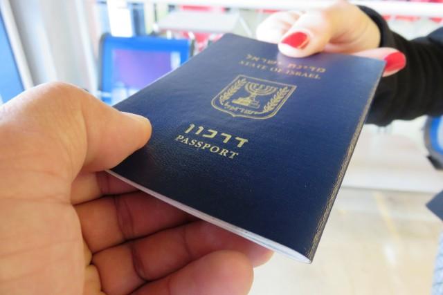 5) IL PASSAPORTO ISRAELIANO NON È ACCETTATO IN 16 PAESI –Siria, Sudan, Iran, Iraq, Yemen e Libia vietano l'ingresso a cittadini con passaporto israeliano, insieme adAlgeria, Bangladesh, Brunei, Kuwait, Libano, Malesia, Oman, Pakistan, Arabia Saudita e Emirati Arabi Uniti. Otto di questi Paesi – Iran, Iraq, Lubano, Arabia Saudita, Sudan, Siria, Yemen e Libia – non accettano passaporti che contengano visti israeliani
