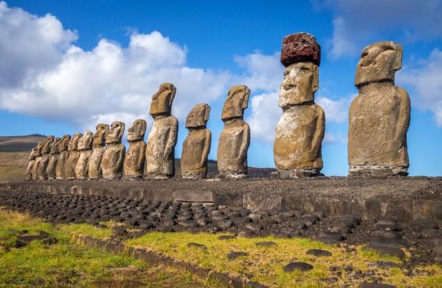 14) I TIMBRI DELL'ISOLA DI PASQUA –In alcune destinazioni vengono messi dei timbri inusuali sul passaporto. Tra queste, l'Isola di Pasqua. Sebbene non sia una nazione indipendente ma faccia parte del Cile, un ufficio postale in quest'isola remota del Pacifico appone sul passaporto un originalissimo timbro con le famose statue Moai