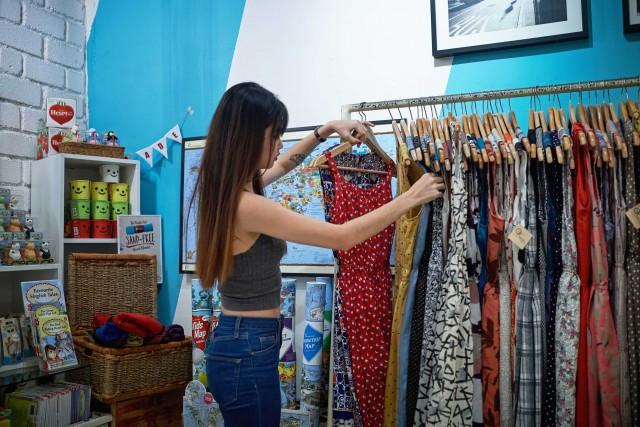 Abiti di giovani designer da Craft Assembly, negozio che ospitai giovani designer e artigiani singaporiani, offrendo lo spazio espositivo.
