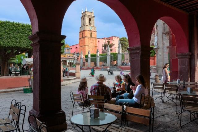 Sottola chiesa di SanMiguel Arcángel, i portici sono ricchidi locali dove siprende l'aperitivo