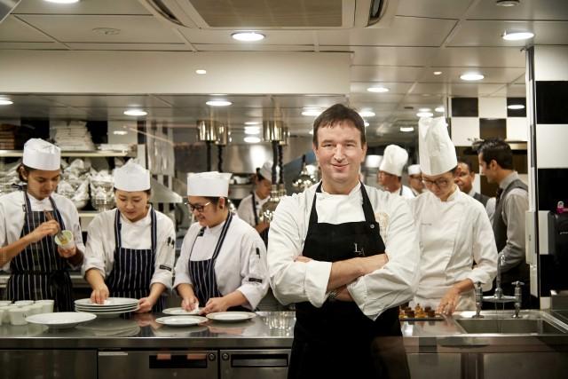 Sebastien Lepinoy, chef del ristorante Les Amis. Ha conquistato due stelle all'uscita della prima Guida Michelin della città. Le sue golose tarte si acquistano nel punto vendita adiacente.
