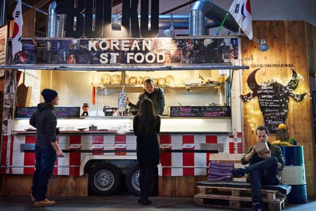 Bulk prepara specialità sud-coreane. È uno dei food-truck presenti nelle ex-rimesse della Copenhagen Street Food.