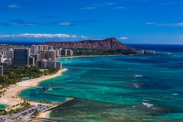 La leggendaria spiaggia di Waikiki, aOahu, una lingua di sabbia sorvegliata dai grattacieli della città di Honolulu.