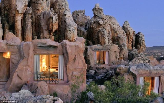 Le scenografiche Cederberg Mountains, 300 km a nord di Cape Town, ospitano la riserva naturale di Kagga Kamma. E' la destinazione ideale per giocare agli uomini delle caverne, perché le camere sono ricavate tra le rocce.