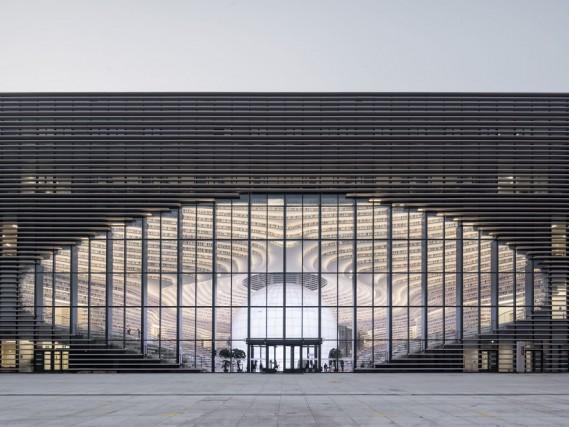 """La facciata d'ingresso: da lontano l'enorme apertura ovale sembra un grande """"occhio"""""""