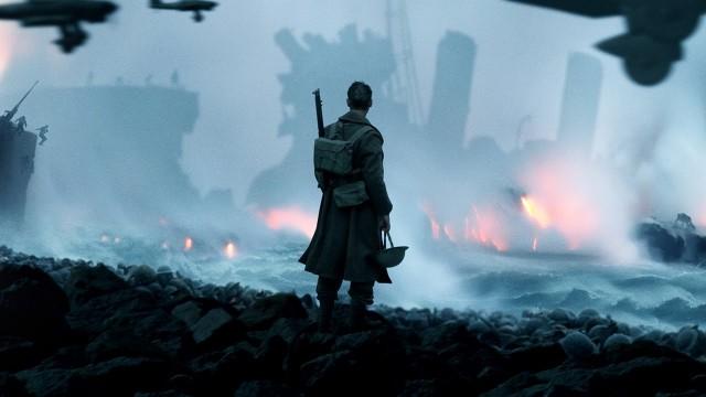 26 maggio-3 giugno 1940, Battaglia di Dunkerque: durante l'invasione della Francia nella Seconda Guerra Mondiale, le truppe tedesche sconfissero e costrinsero alla ritiratagli eserciti francese e britannico. Nella foto sopra: una scena del film Dunkirk (2017) che racconta l'evacuazione di Dunkerque dopo l'invasione della Francia da parte dei tedeschi.