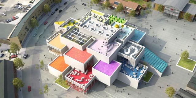 """L'edificio a Billund è composto da 21 blocchi bianchi rettangolari sovrapposti e incastrati. Sulla cima: un gigantesco Lego 2×4, il mitico """"Keystone"""". Dentro, un museo, aree gioco e tre ristoranti"""