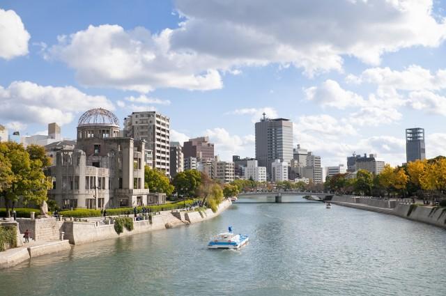 Hiroshima, Giappone: località che si affaccia sull'omonima baia, è la più grande della regione del Chugoku. Distrutta completamente dal bombardamento atomico del 6 agosto 1945 dagli Stati Uniti durante la Seconda Guerra Mondiale, è stata ricostruita e l'unico edificio rimasto in ricordo dell'attacco nucleare è la Cupola al centro della città, classificata patrimonio mondiale dall'Unesco. Da visitare il Parco del Memoriale della Pace dove è stato costruito il Museo della Pace di Hiroshima dove sono stati raccolti oggetti e filmati del dopo- bomba.  info: turismo-giappone.it