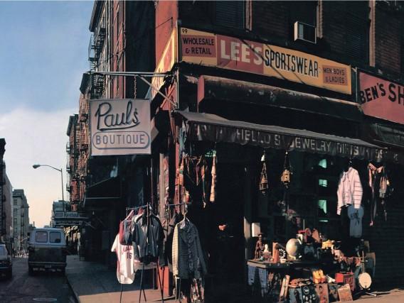 """L'album Paul's Boutique dei Beastie Boys, uscito nel 1989, mostra un'immagine di New York, scattata all'angolo tra le strade di Ludlow e Rivingon, oggi diventato """"Beastie Boys Square"""", piazza Beastie Boys."""