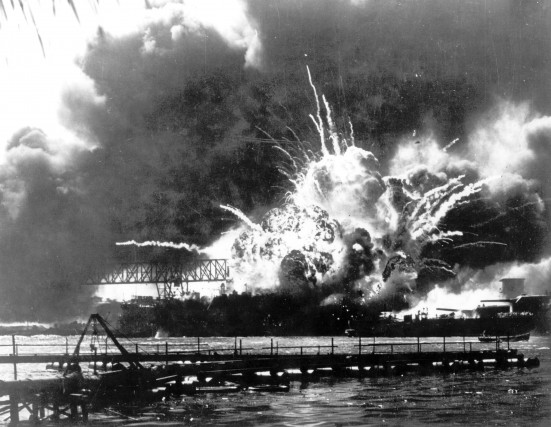 7 dicembre 1941, attacco di Pearl Harbor: le forze aeronavali giapponesi attaccarono la base navale di Pearl Harbor, sede della Flotta del Pacifico,durante laSeconda guerra mondiale. Grazie a un sistema di decodifica, il Magic, gli Stati Uniti decriptarono i messaggi dell'armata giapponese ma non riuscirono a fermare e bloccare l'incursione.