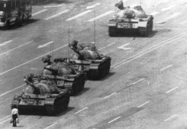 1989,protesta di Piazza Tienanmen. Sin dai tempi della Rivoluzione cinese, questa piazza è stata il centro di molti eventi politici tra i quali,nel 1989,laProtestadi Piazza Tienanmen, quandomigliaia di studenti, operai ed intellettuali, scesi in campo per denunciare al mondo la repressione culturale ed il divieto di libertà d'espressione attuato dal governo cinese, rimasero vittime della repressione amata della polizia. Qui sopra:lostudente solo e disarmato davanti alla colonna di carri armati. Una foto che ha fatto il giro del mondo