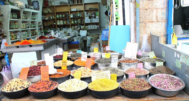 Frutta secca allo Shuk, uno dei luoghi dove fare shopping a Gerusalemme.