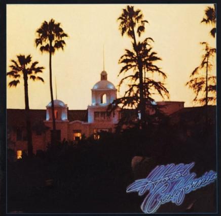 """Può essere un duro colpo, per i fan di Hotel California degli Eagles. L'hotel ritratto sulla cover non si chiamerebbe affatto """"California"""". Anzi, gli Eagles hanno fatto causa a una struttura messicana, a Todos Santos, che fingeva di essere """"quel"""" hotel California, guadagnandoci in tour e merchandising. Il vero Hotel California si chiama invece Beverly Hills Hotel e si trova al 9641 di Sunset Boulevard, Los Angeles."""