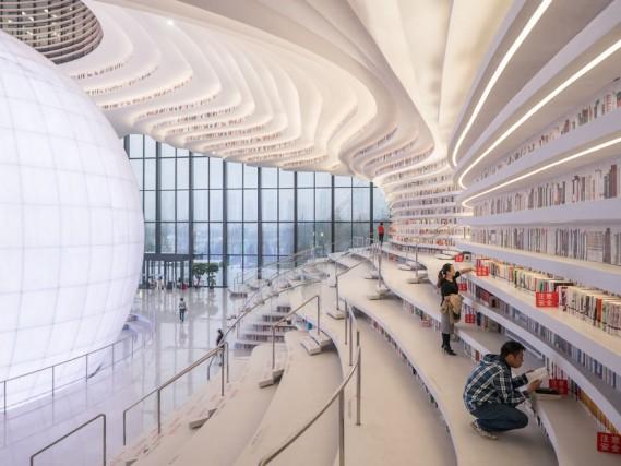 È disposta su cinque piani che occupano un totale di 33.700 metri quadrati, stracolmi di 1,2 milioni di libri. Che sbucano ovunque