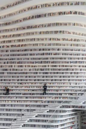 La biblioteca ha libri e scaffali dal pavimento al soffitto