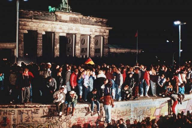 1989:caduta del muro di Berlinoeriunificazione tedesca (1990). In un clima euforico, migliaia di cittadini si arrampicarono sul muro e passarono a Berlino Ovest. Nei giorni seguenti siaprì un varco nel muro ei frammenti divennero preziosi souvenir.